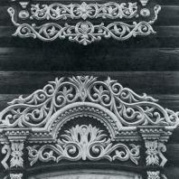 Нижнее и верхнее обрамление окна. Томск. Улица Шишкова, 14