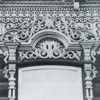 Завершение окна на фоне фриза. Фрагмент. Томск. Улица Шишкова, 14