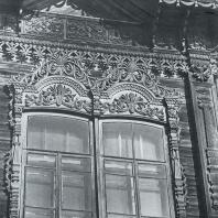 Обрамление окна 2-го этажа с элементом карниза. Томск. Улица Пушкина, 38