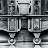 Деталь нижнего обрамления окна. Томск. Улица Гагарина, 36