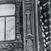 Вертикальное обрамление фасада. Фрагмент. Томск. Улица Татарская, 6