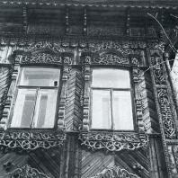 Боковой фасад. Угол дома. Фрагмент. Томск. Улица Татарская, 35