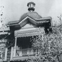 Крытый балкон с фигурной кровлей. Томск. Кузнечный взвоз, 6