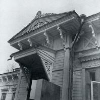 Фронтон над входной дверью. Томск. Улица Белинского, 72