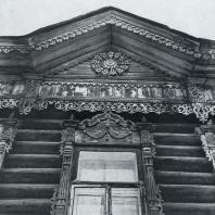 Фронтон, фриз и верхнее окно. Томск. Улица Шишкова, 25