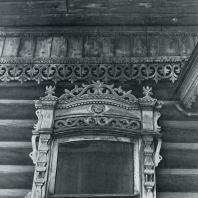Карниз и верхнее обрамление окна. Томск. Улица Горького, 36