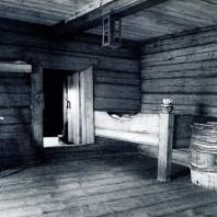 Дом Елизарова. Интерьер сеней со встроенной кроватью. Фото А. А. Александрова